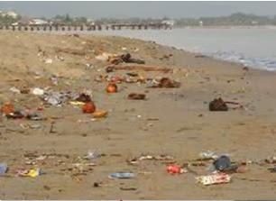 Contaminación en la playa: basura sobre la arena