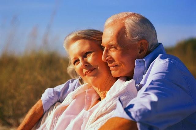 пожилая пара нежно обнимаются исмотрят в даль