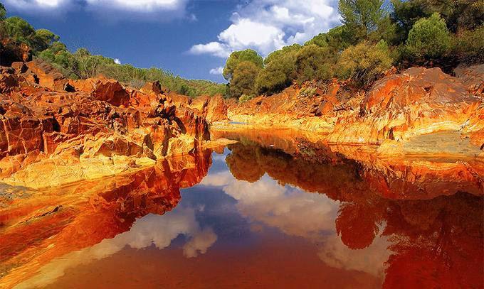 ريوتينتو الذي يتميز بلونه الأحمر القاني مياهه عالية الحموضة وغنية