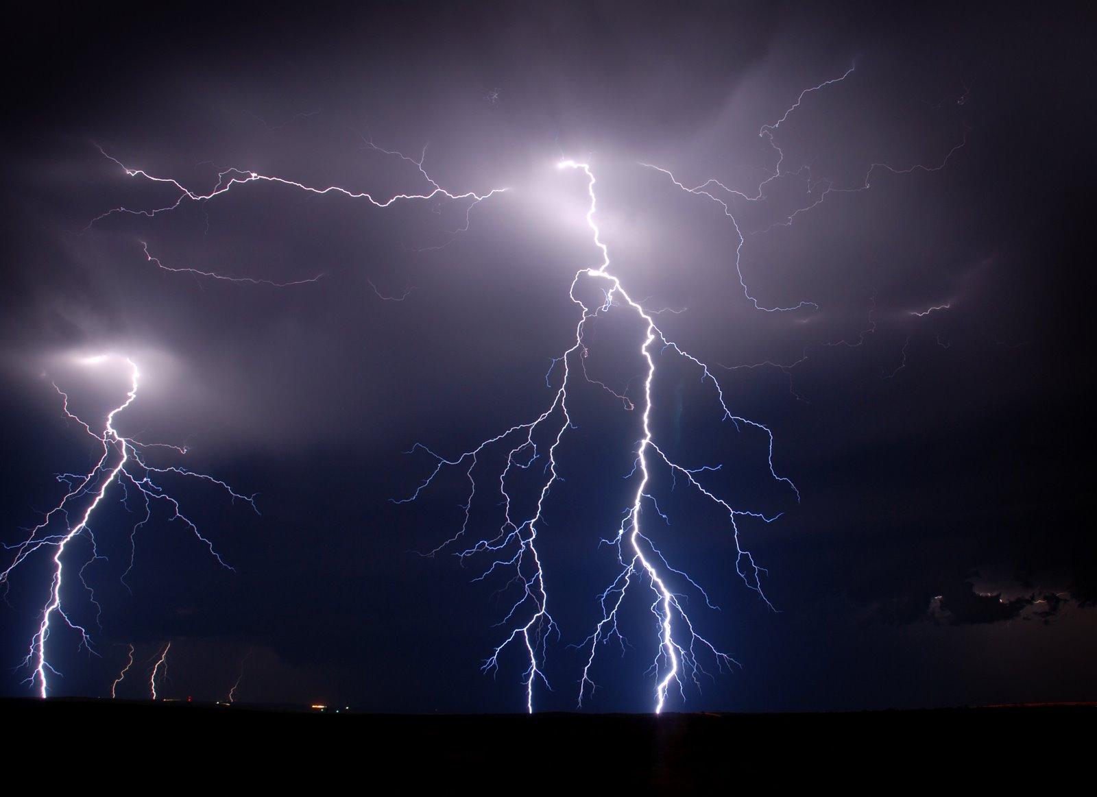 http://2.bp.blogspot.com/-Gdf34ZKCCjk/TtxmGh5R_eI/AAAAAAAABPc/DMZk3U8j6XM/s1600/lightning-wallpaper-4-706334.jpg