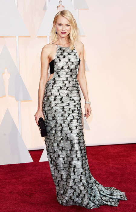 Наоми Уотс в черно и бяло рокля с гол гръб на Оскари 2015