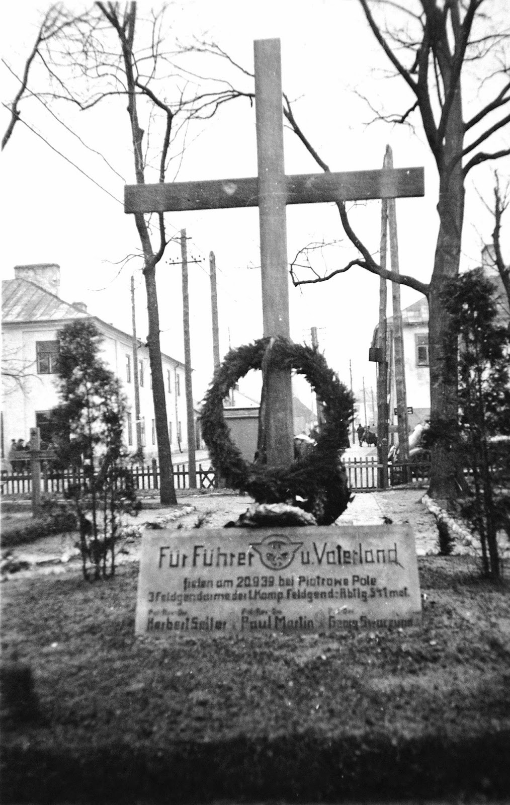Ehrenfriedhof Konskie. Kamienna tablica poświęcona poległym dnia 20.9.1939 pod Piotrowym Polem koło Iłży trzem żandarmom polowym z 1. kompanie/Feldgendarmerie Abteilung 541 mot. Fotografia z kolekcji Tomasza Glińskiego.