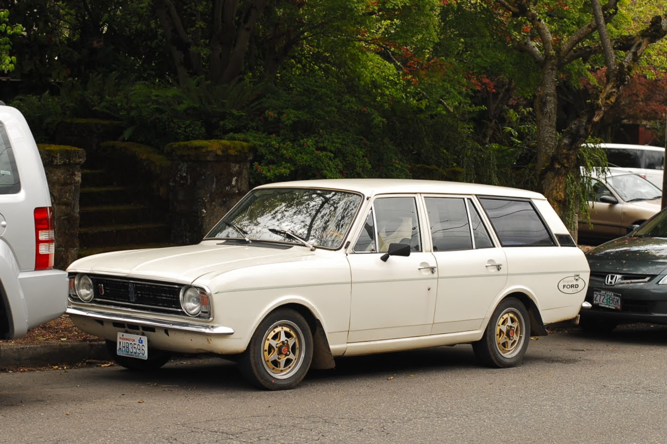 OLD PARKED CARS.: 1968 Ford Cortina Wagon.