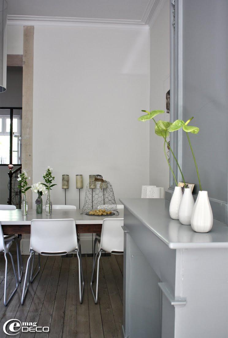 Chaises IKEA disposées autour d'une table à pieds bistrot