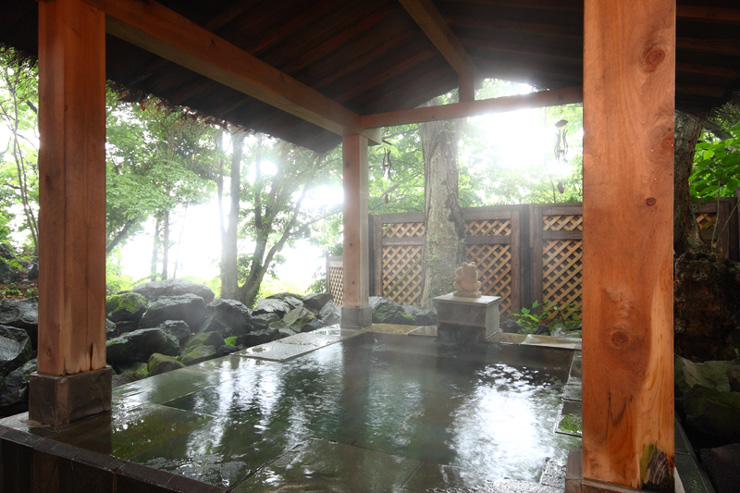 原生林の貸切温泉露天風呂