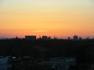 部屋からの夕焼けの写真