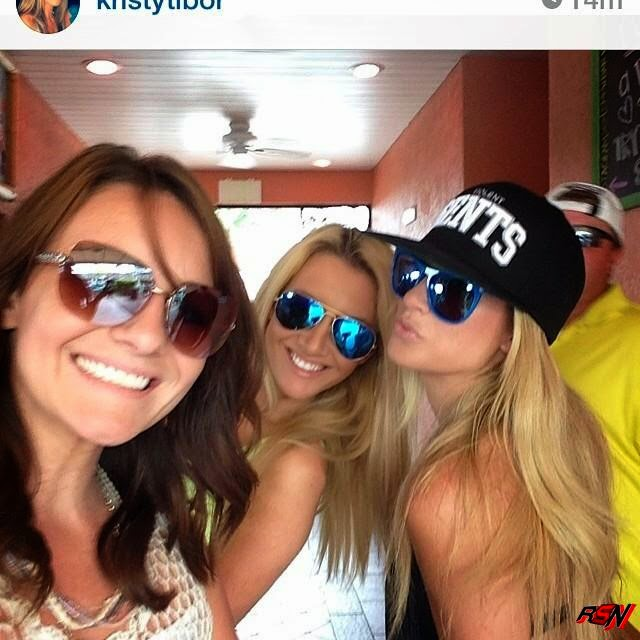 Kelly Kelly Partying with Her Girlfriends.