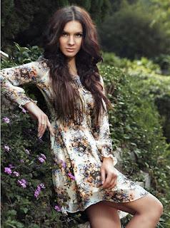 Vestido corto de manga larga, cuello redondo y estampado de flores