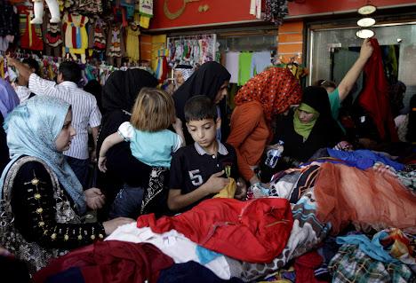 muslim irak berbelanja pakaian idul fitri