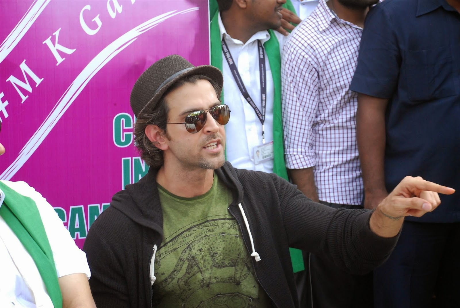 Hrithik Roshan Supports PM's Clean India Campaign