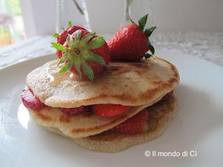 Pancakes semiintegrali con fragole, con la crosticina appena croccante