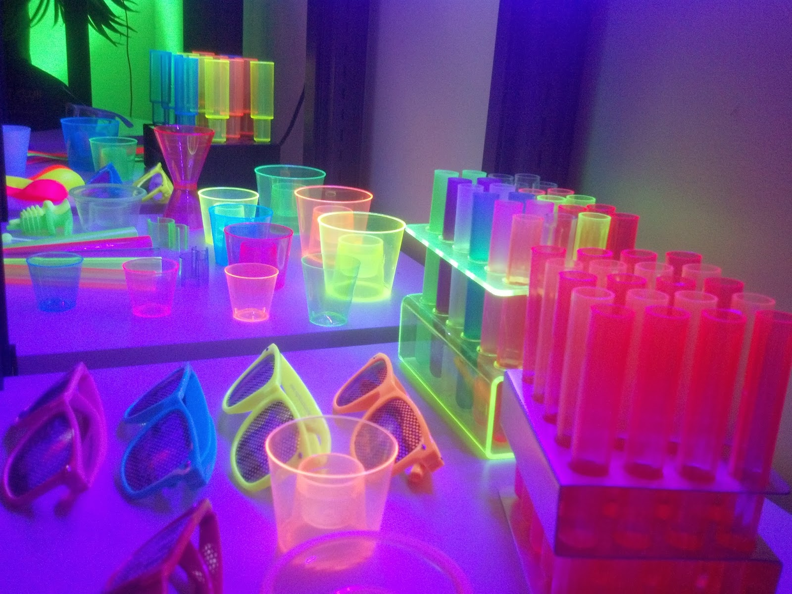GLOW, NEON, UV PARTY! Glow in the Dark Party Supplies ...