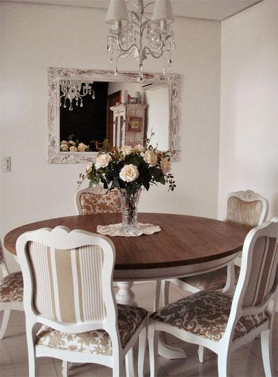 decoracao de interiores em estilo provencal:duas estampas diferentes em uma só cadeira também é uma proposta