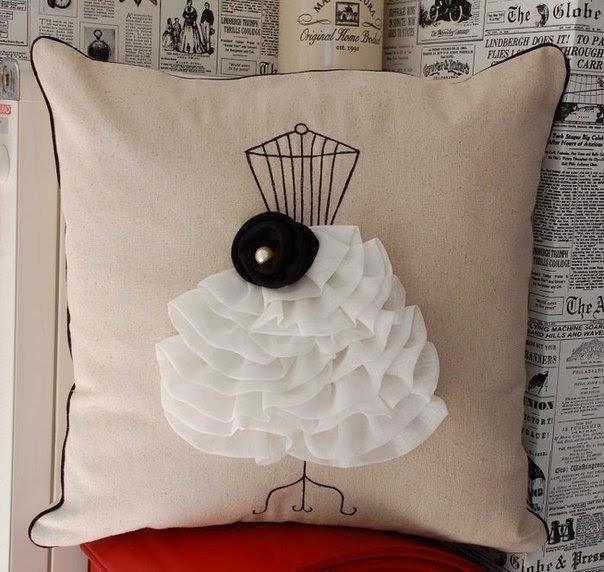 Идеи декориования подушек лентами и кружевом