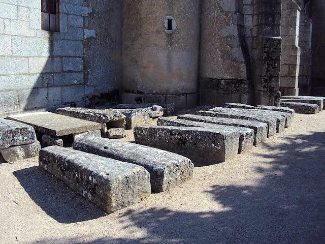Alguns dos túmulos vazios junto à igreja de Quarré-les-Tombes