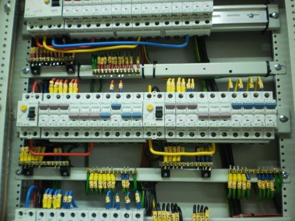 Photo%2B1%2B-%2BInternal%2Bwiring%2Bof%2Ban%2Belectrical%2BDB Which Wiring Is Suitable For Temporary Installation on