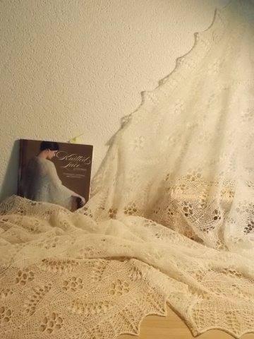 TE KOOP: roomkleur: DIKKERE wollen bruidsshawls