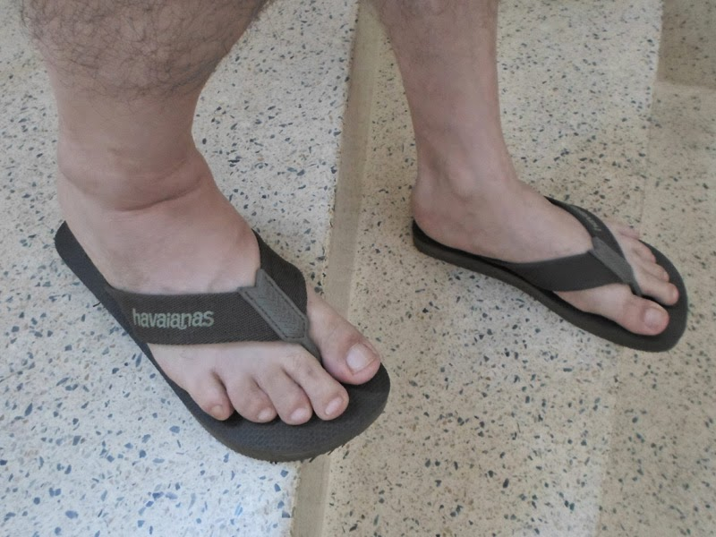 Homem de chinelo Havaianas - Pés Masculinos - Male Feet