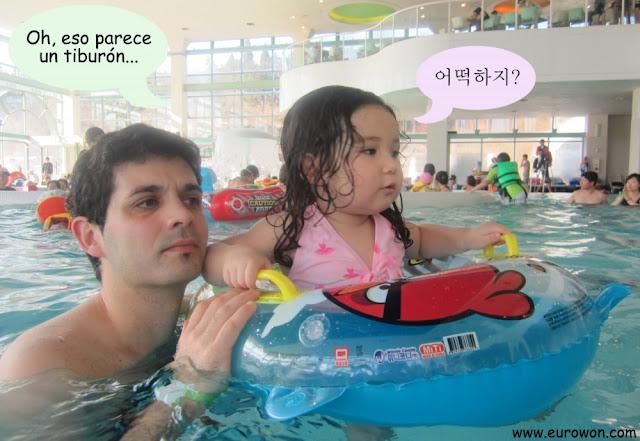 Sonia preocupada en la piscina