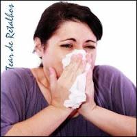 Rinite Alérgica: mulher com coriza limpando o nariz.