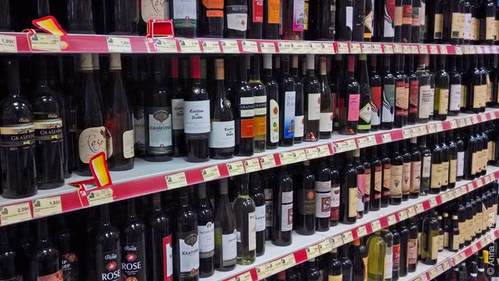 Ассортимент спиртных напитков в супермаркете Черногории