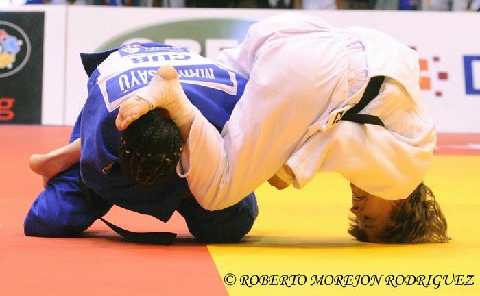 M. Sayú (kimono azul), de Cuba, se enfrenta a A. Rosseneu (kimono blanco), de Israel,  en la categoría de 48 kilogramos, durante la primera jornada del Grand Prix de Judo de La Habana, con sede en el Coliseo de la Ciudad Deportiva, el 6 de junio de 2014