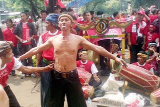 Kesenian ini berasal dari Jawa barat dan di kenal banyak di masyarakat Indonesia dan Internasional