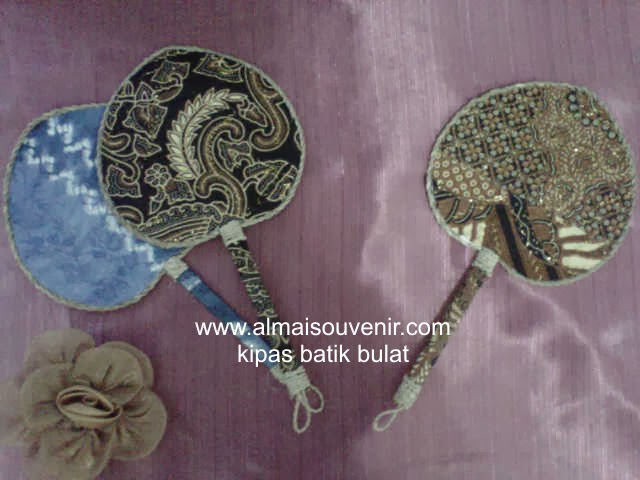 Souvenir pernikahan kipas batik bulat, souvenir pernikahan, souvenir pernikahan eksklusif, souvenir pernikahan murah,  Souvenir pernikahan kipas, souvenir unik