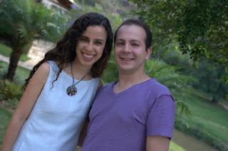 Sara Bentes e Fabiano Campos, sorridentes, no dia de gravação do video