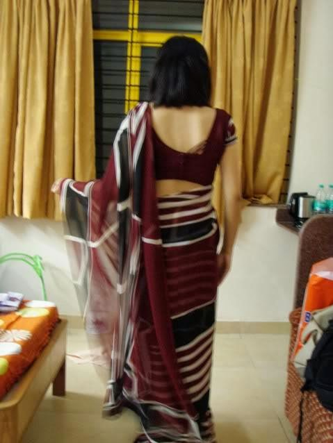 Indian Aunty Showing Sexy BAck In Home