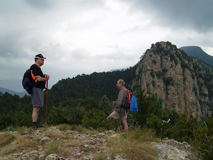 A dalt del Cap de la Gotzera amb el Cap de Tastanós i el Sobrepuny al darrere