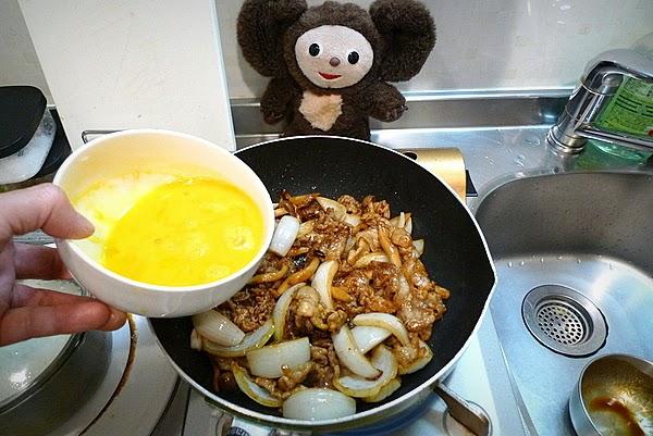 ドミグラスソースのオムレツ風 豚みそ炒め卵とじ丼の作り方(3)