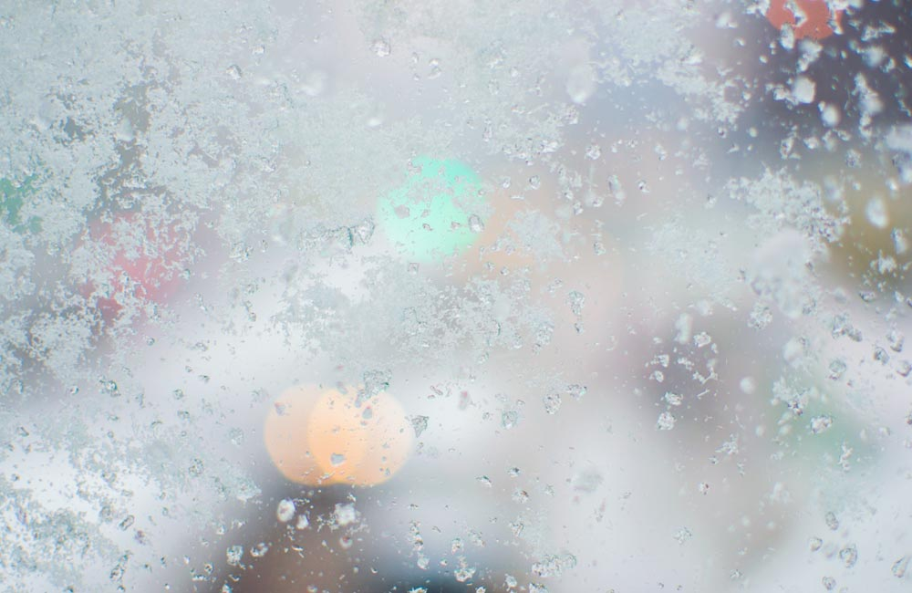 ガラスについた雪の写真