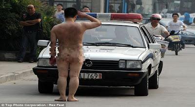 Foto Pria Bugil Beri Hormat ke Polisi