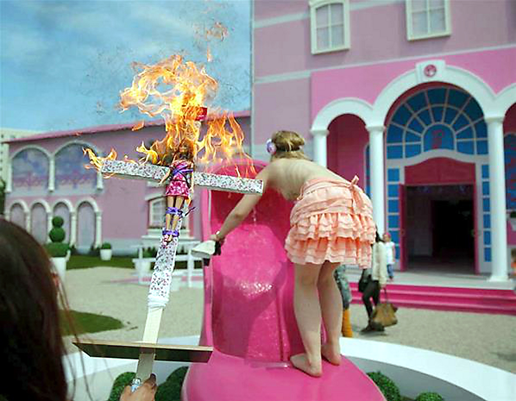 Occupy Barbie Dreamhouse  fordert die Protestbewegung gegen das neu  eröffnete Barbie-Haus in Berlin   Life in plastic is not fantastic  steht  auf dem ... 4bc6af04ab
