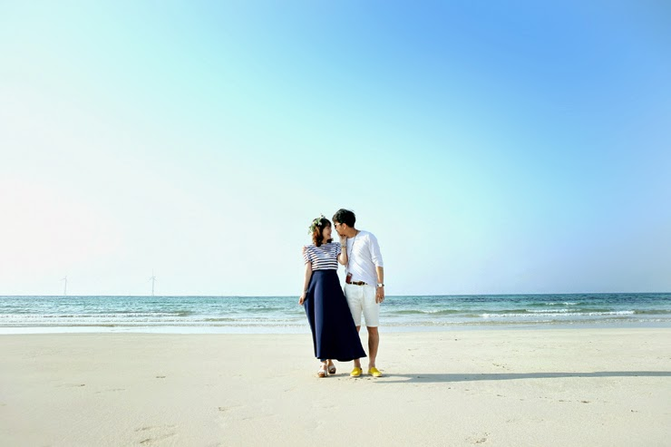 Candid travel couple photography