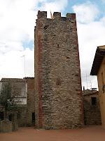 El mur de llevant de la Torre de Don Carles, amb la finestra d'espitllera a mitja alçada