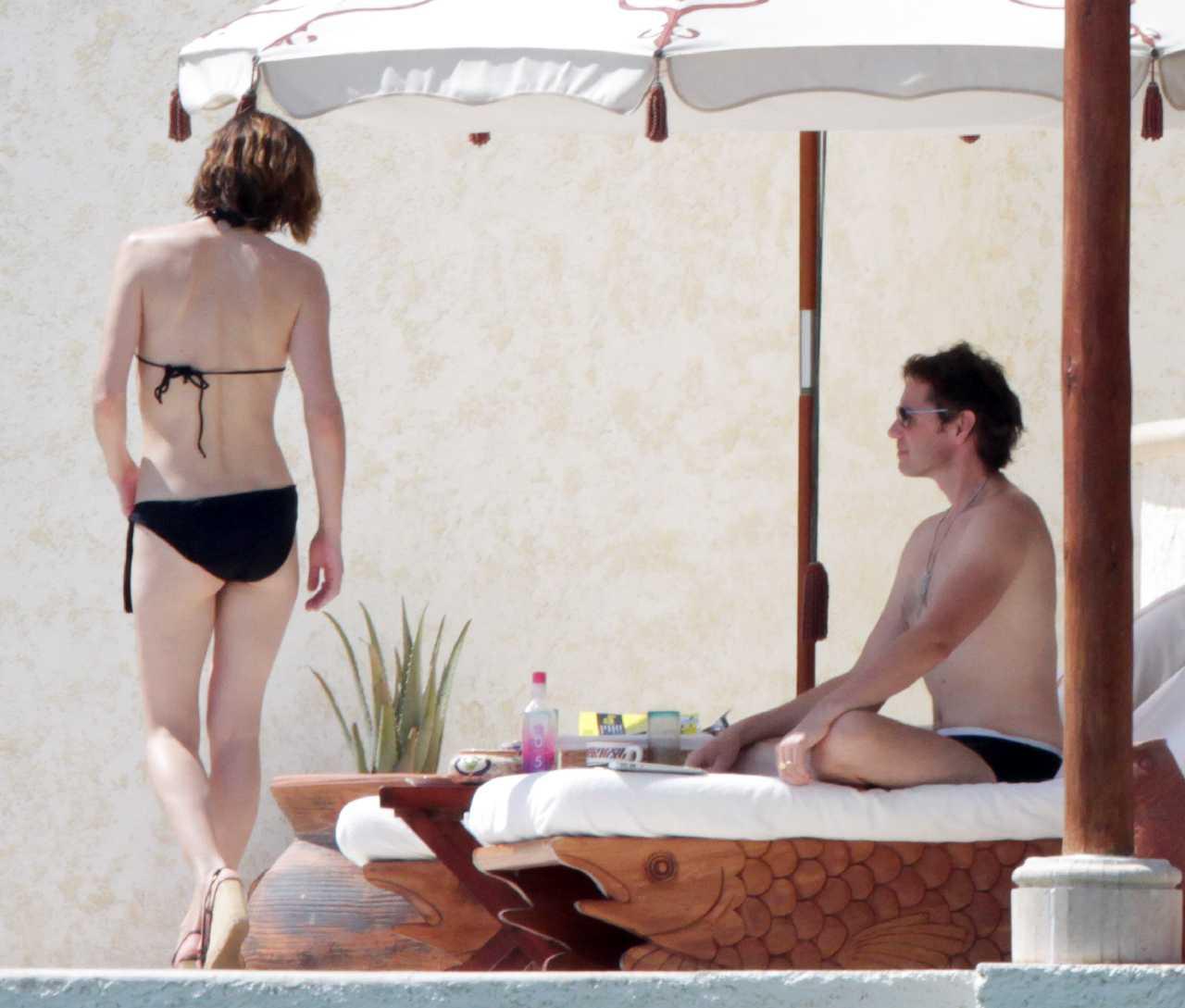 http://2.bp.blogspot.com/-GmEwuaRg_Aw/TrhUPZsXg7I/AAAAAAAAim0/01HbZcpQppo/s1600/Milla+Jovovich%25E2%2580%2599s+Hottest+Bikini+and+Lingerie+Pics+02.jpg
