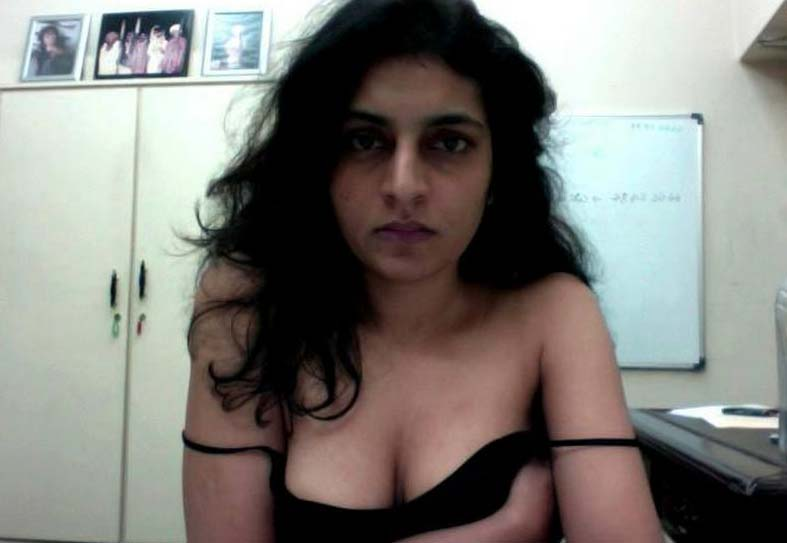 Hot Pictures From Naked Aunty Pakistani Girl Showing Wet Pussy Pics