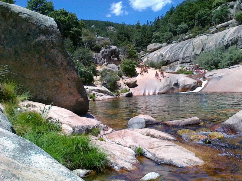 Rumbos de vida la charca verde en la pedriza for La isla rascafria piscina natural