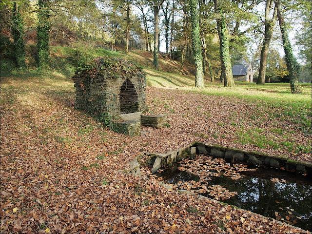 Fontaine et lavoir de la chapelle Saint Melaine, à La Chapelle de Brain