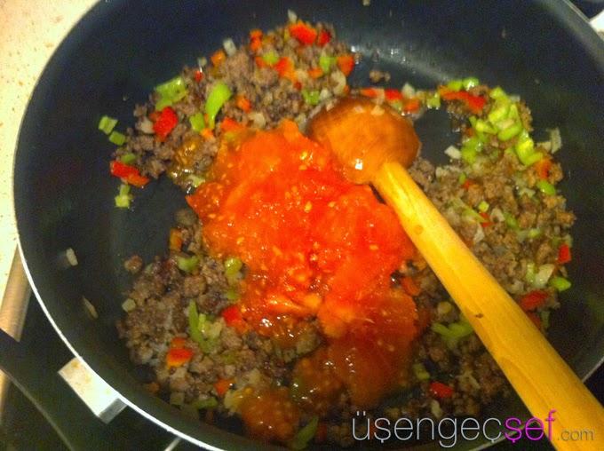 kiymali-mantarli-spagetti-tarifi-domates
