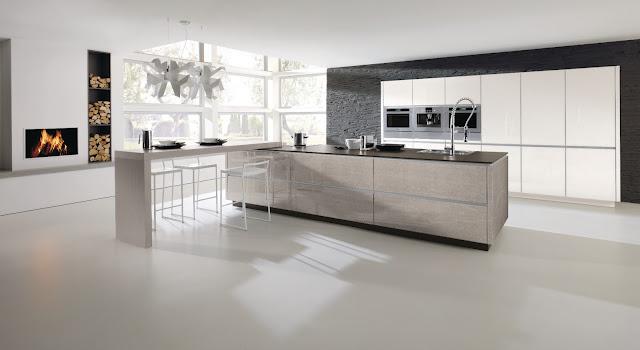 cuisine design avec îlot et façades imitation pierre naturelle. Mur d'armoire vanille et coin repas design.