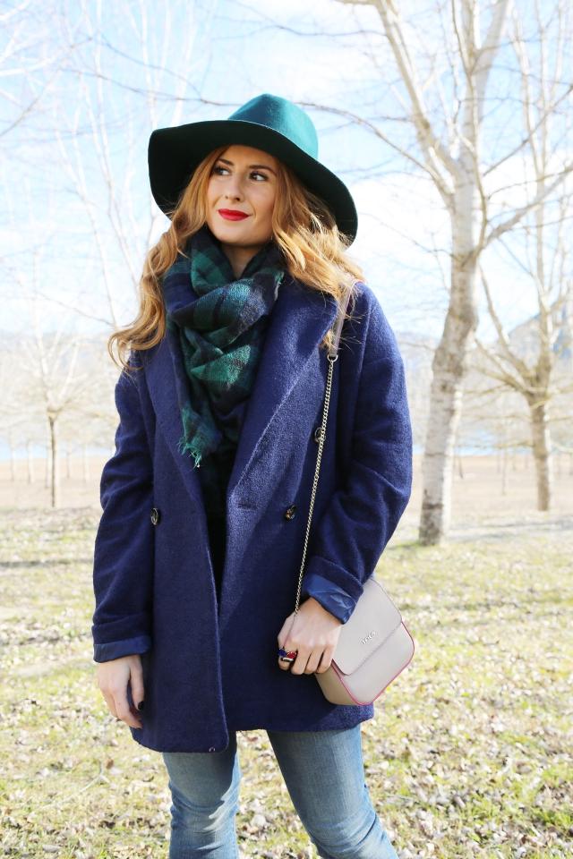 Look con abrigo azul