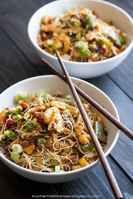 kuchnia azjatycka, przepisy, krewetki, z warzywami, makaron ryżowy