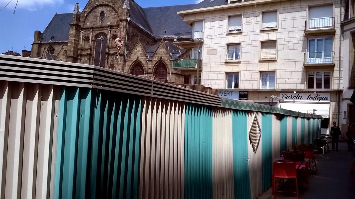 La décoration de la palissades du chantier du métro de Rennes sur la place Saint-Germain
