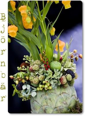 blomster arrangemang i grönsak kronärtskocka