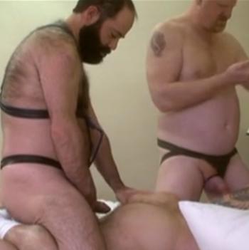 Barbudão parrudo fudendo na cama