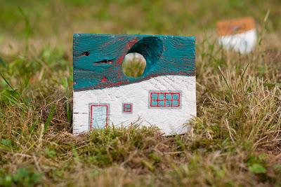 dekoracja z drewna - malowany domek DIY
