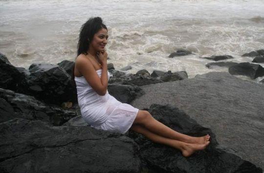 anjali pandey in transparent dress actress pics